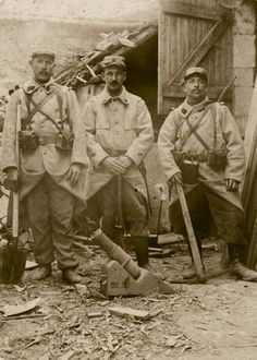 Soldats artilleurs / very early trench mortar