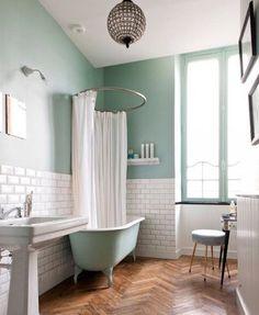 On adore le style rétro du carrelage métro dans la salle de bains
