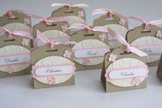 Individuell und aufwändig gestaltete Tischkarte zur Hochzeit. In dieser Tischkarte kann eine kleine Mini Schokolade, ein Küsschen, Rocher etc. als kleines Willkommesngeschenk untergebracht...