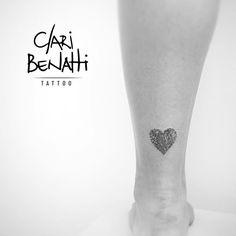 Coração feito com um pedacinho da digital da mãe da Camila... muito amor. ❤️ #claribenattitattoo #digital #homenagem #mae #dots #rabiscaeu #benartti #minitattoo #tattoo2me #equilattera #tattoodo