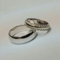 Обручальные кольца из белого золота  с бриллиантами.
