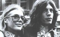 Marianne Faithfull: Proveniente de una familia acomodada se transformo en una de las más famosas groupies. Marianne se convirtió en la novia de Mick Jagger y amante de Keith Richards casi al mismo tiempo que flirteaba con Bob Dylan o David y Angela Bowie. Las drogas fueron poco a poco mellando en su vida, supo salir a flote de la vorágine de las estrellas de rock y hoy en día es uno de los iconos vivientes de esa generación.