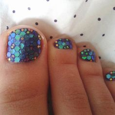 Piecitos gliterosos! Amo los glitters hexagonales! #summer #feet #pedicure #nailart #glitter #fishscale #hexagonalglitter #verano #uñas #pies #mermaid #coladesirena