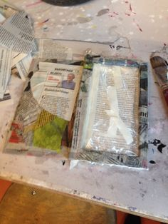 hier zie je een foto van hoe ik het boek heb beplakt met kranten. om de bladzijdes heb ik een zakje geplakt om ervoor te zorgen dat deze niet beschadigd raakten.