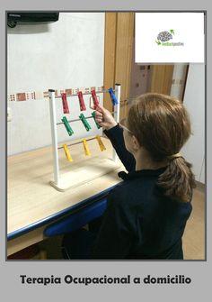 Este soporte de diferentes alturas nos sirve para trabajar la movilidad de todo el miembro superior en diferentes rangos de movimiento, así como la fuerza de prensión y agarre de las pinzas. Además, nos sirve para trabajar la coordinación ojo-mano o bimanual si pedimos que lo haga utilizando las dos manos a la vez.   Si además queremos trabajar los aspectos cognitivos, podemos pedir que coloque las pinzas en una secuencia determinada: por colores, altura, etc. Work Hardening, Hand Therapy, Elderly Care, Acv, Occupational Therapy, Physics, Classroom, Teaching, Children