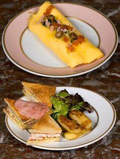 サロンの営業時間は朝10時から23時半なので、朝食、ランチ、アフタヌーンティー、ディナーと、シチュエーションに合わせて使い分けられる。朝食には、卵メニューをぜひ。オムレツは「オムレツ ラデュレ」「プレーンオムレツのグリーンサラダ添え」「プレーンオムレツとポム・ポンヌフ添え」の3種揃い、いずれもパンとバター付き。ランチとディナーでは、「前菜+温かい料理」「温かい料理+デザート」(共に¥4,200)のセットメニュー2種類を用意。もちろん単品でもオーダー可能だ。14時半から17時半は「アフタヌーンティー」(2人分¥7,000)が登場。内容は、お好みのサンドイッチ4個、マドレーヌとフィナンシェ(各2個)、マカロン4個、お好みのパティスリー2個と、フルーツジュース、ホットドリンク(カフェ、ティー、ショコラショー)。フードもスウィーツも充実し、使い勝手のよいサロンはフーディーズ女子の定番アドレスとなること間違いなし。