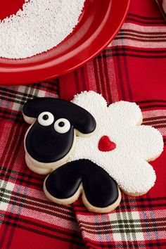 Simple sheep cookies are sugar cookies decorated with royal icing and white nonpareils. Farm Cookies, Iced Cookies, Cute Cookies, Yummy Cookies, Cookies Et Biscuits, Sugar Cookies, Valentine Cookies, Easter Cookies, Easter Treats