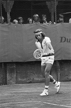 Der Spanier Rafael Nadal wird öfters als Sandkönig (engl. king of clay) bezeichnet, da er mehrere Rekorde auf dieser Unterlage hält.[3][4] Er gewann zum Beispiel in neun Jahren achtmal die French Open und konnte die Monte Carlo Masters sogar achtmal in Serie gewinnen. Insgesamt gewann er bislang 45 Turniere auf diesem Belag. Einzig Guillermo Vilas konnte mit 48 Titeln noch mehr Turniere auf dem Belag gewinnen.