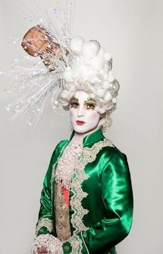 Prince Poppycock - the cork popping champagne bubble hairstyle is a Tour De Force! So Marie Antoinette! Marie Antoinette, Baroque, Costume Venitien, Halloween Karneval, Champagne Corks, Big Hair, Playing Dress Up, Headdress, Costume Design