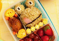 This cute baon's made of balled-up pesto rice and strategically placed chicken chunks, veggies, and fruits. Chicken Lollipops, Chicken Chunks, Veggies, Meat, Fruit, School, Recipes, Food, Essen