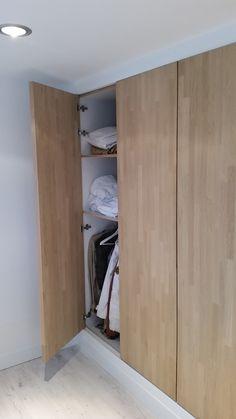 Duke's Woodworks » Strakke inbouwkast met eiken deuren Wardrobe Doors, Bedroom Wardrobe, Wardrobe Closet, Built In Wardrobe, Walk In Closet, Closet Doors, Storage Cabinets, Tall Cabinet Storage, Armoire