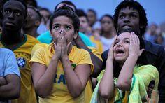 Torcedores ficam apreensivos durante a exibição do jogo Brasil x Alemanha na Fifa Fan Fest, no Rio