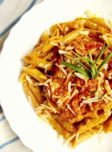 Celozrnné cestoviny s paradajkovo-mozzarellovou omáčkou