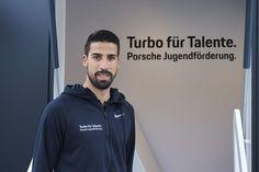 """Sami Khedira supportet den Turbo: Mit """"Turbo für Talente"""" fördert Porsche den Nachwuchs an seinen Standorten in verschiedenen Sportarten. Dazu gehören unter anderem Partnerschaften im Jugendbereich mit dem Fußball-Bundesligisten RB Leipzig, dem SV Stuttgarter Kickers sowie der SG Sonnenhof Großaspach."""