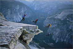 """Bild von Jimmy Chin - """"Fallschirmspringer springen von Klippe, Half Dome"""""""