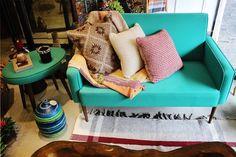 Os sofás coloridos estão em alta e fazem uma super diferença no ambiente. Este sofá azul alegra qualquer decoração! Ele está disponível na nossa loja do bairro dos Jardins, venha nos visitar!  //  Colorful sofas are on and make a super difference in your environment. This blue sofa brightens up any decor! It is available in our Jardins neighborhood store, come visit us!