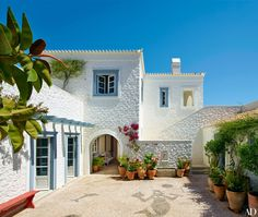 A Compound of Villas in the Greek Islands Is Transformed for a Family Architect Nikos Moustroufis and designer Isabel López-Quesada create a chic Greek-island compound for an Athens-based couple and their close-knit family White Exterior Paint, White Exterior Houses, White Houses, Architectural Digest, Style At Home, Greece House, Mediterranean Homes, Maine House, Home Fashion