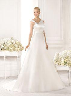 d5dfa6ed4e63 Abito da sposa in raso con il corpetto assimetrico presso Bride Project  Buttrio www.brideproject.it