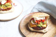 Deze Mexicaanse hamburger moet je als burgerliefhebber zeker een keer hebben geprobeerd. Een burger met een plakje cheddar, tomatensalsa en guacamole. Barbacoa, Hamburgers, Salmon Burgers, Cheddar, Guacamole, Tacos, Cooking, Ethnic Recipes, Food