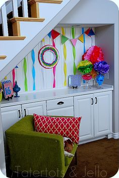Make a Crepe Paper Ruffle Wreath & Party Vignette!! (tutorial)  ...  cute idea, but I just love the green chair...