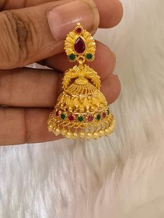 Gold Jhumka Earrings, Indian Jewelry Earrings, Jewelry Design Earrings, Gold Earrings Designs, Gold Jewellery, Beaded Jewelry, Jhumka Designs, Gold Mangalsutra Designs, Gold Necklace Simple