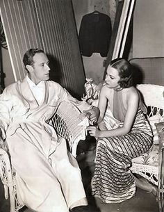 Leslie Howard and Olivia de Havilland on the set of It's Love I'm After 1937 Old Hollywood Movies, Old Hollywood Stars, Hooray For Hollywood, Old Hollywood Glamour, Golden Age Of Hollywood, Classic Hollywood, Joan Fontaine Sister, Leslie Howard, Trevor Howard