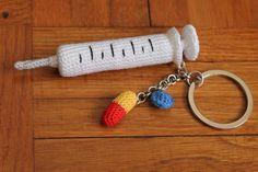 Portachiavi a forma di siringa con ciondoli a forma di compresse. Regalo per un'infermiera fatto all'uncinetto. #keychains #syringe #pills #nurse #crochet #handmade