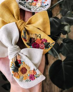 Flower Embroidery Designs, Silk Ribbon Embroidery, Hand Embroidery Patterns, Diy Embroidery, Embroidery Stitches, Embroidery On Clothes, Embroidered Clothes, Diy Hair Bows, Diy Hair Accessories