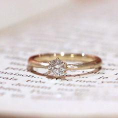 ゴールドでお作りした婚約指輪。 6本の爪で留めた中心のダイヤモンドに向かって、アームが細くなっていくフォルム。 リングの表面部分は、つや消しのヘアライン仕上げでマットな輝きにお仕立てしました。 [engagement ring ,diamond,wedding,bridal,エンゲージリング,ブライダル,ウエディング]