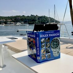 The book directly connected to the world of social network: a new method to discover the entire Rolex production.
