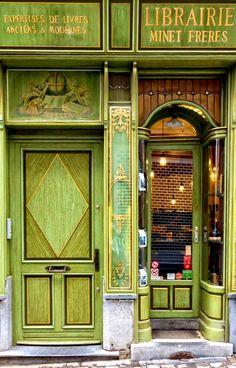 Portas e livros Brussels, Belgium Entrance Doors, Doorway, Old Doors, Windows And Doors, Door Gate, Unique Doors, Shop Fronts, Gates, Shades Of Green