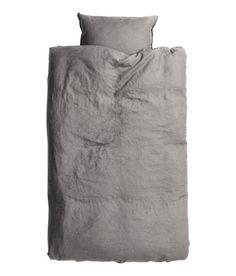 Kolla in det här! PREMIUM QUALITY. Ett påslakanset i tvättat linne med dubbelstickad kantsöm. Påslakanet knäpps nedtill med dolda tryckknappar i metall. Ett örngott. Trådtäthet 104. Torktumla gärna för att behålla mjukheten i linnet. - Besök hm.com för ännu fler favoriter.
