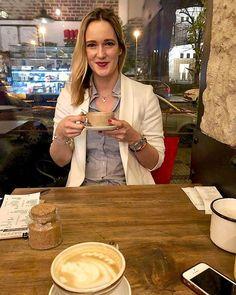 Šťastný výraz kávového ☕️ závisláka, co dostal svoji dávku 😜. Dobré kafe je prostě štěstí a v Cafefinu bylo výborné! Ale vážně zvažuju, snížení z ☕️☕️ na ☕️ denně, no nevim jestli je to reálné 🙃. #caffe #coffee #coffeetime #coffelover #coffeaddict #latte #cafelatte #coffeehouse #girlstalk #girlstime #relax #happy #friends