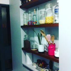 Mais um pedacinho da nossa cozinha! Essa parede não tinha espaço suficiente pra armário, então as arquitetas bolaram essas prateleiras numa cor diferente do móvel e eu amei!! Da pra colocar todos os temperinhos, pote com macarrão, arroz, cereal... #cozinha #prateleira #potes #homesweethome