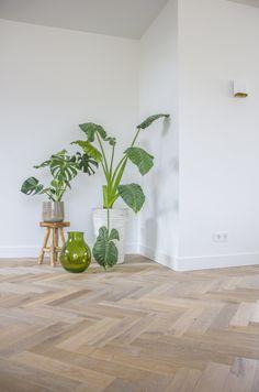 Voor een landelijke nieuwbouwwoning hebben wij een moderne Cinzento Custom Made® visgraat geleverd. Deze is verouderd, gerookt en wit geolied. Qua opbouw is gekozen voor onze geringe maar toch stabiele 10 mm mini dual. Dit product wordt steeds vaker gebruikt als alternatief op de 6 mm tapis. Minimalist House Design, Minimalist Home, Amtico Flooring, Living Room Interior, Contemporary Design, Minimalism, New Homes, Interior Design, Home Decor