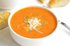 La meilleure recette de soupe tomate et basilic! Healthy Soup Recipes, Vegetarian Recipes, Cooking Recipes, The Best Tomato Basil Soup Recipe, Tomato Soup, Cauliflower Soup, Soup And Salad, Soups And Stews, Stuffed Peppers