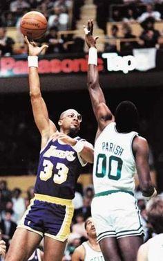 Kareem Abdul-Jabbar ante uno de sus mayores rivales de su carrera, el pívot de los Boston Celtics, Robert Parish