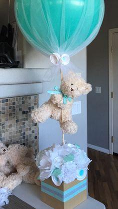 centro de mesa para baby shower hecho de flores de papel, oso, y globo de 24 pulgadas.