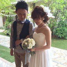 . . chisizuさんの披露宴入場前はアップスタイル。 . チュールとパールのネックレスを。 . . 新郎のminoruさんもカジュアルスタイルにチェンジ♪ .  オランジュベールは緑がいっぱいで、 . あたたかく . 優しい雰囲気の会場です . . #結婚式#美容師#髪型#ブライダル#ヘアアレンジ#ヘアアクセ#ヘアセット#プレ花嫁#セット#結婚#ドレス#花嫁#編み込み#ルーズ#卒花嫁#美容院#美容室#ヘアメイク#ウェディング#ヘアスタイル#アレンジ#写真#love#hairstyle#hairstyles#bridal#weddinghair#bridalhair#hairarrange