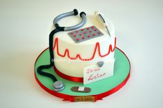 Torta per la Laurea in Infermieristica: con copertura elettrocardiogramma, fonendoscopio, cerotto e blister pillole interamente modellati a mano