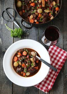 Boeuf Bourguignon er en smakfull rustikk fransk kjøttgryte, som er ypperlig å servere dersom dere er mange til bords. Uansett gjester eller ikke, lag gjerne litt ekstra når du først er i gang, for …