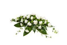 Malli No 9 - Kuvan arkkulaitteessa on valkoista neilikkaa ja koristevihreää. Hautavihkossa lisäksi koristenauha. Arkkulaitteen hinta on 100 € toimitettuna siunaustilaisuuteen.