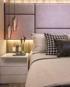 Detalhes desse quarto do casal lindo, com cabeceira estofada assimétrica e painel com iluminação ... #luxurybedroom