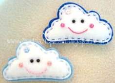 Nuvens de broche Felt Crafts, Fabric Crafts, Diy Crafts, Quiet Book Patterns, Barrettes, Felt Fabric, Softies, Craft Projects, Craft Ideas