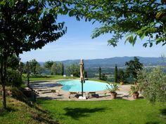 <p>Casa Resti ligt verborgen in de heuvels van Valdarno Aretino, op 600m boven zeeniveau, omgeven door 40 hectare bosgronden. Weg van de drukte van de toeristische steden en attracties kunt u hier een heerlijke ontspannen en rustgevende vakantie beleven. Geniet bij het zwembad van geweldige panorama's en zonsondergangen.</p>