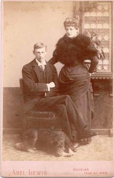 VICTORIAN CABINET CARD DOUGLAS ISLE OF MAN COUPLE - COLLIE DOG FASHION FUR CAPE