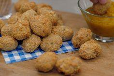 Chicken nuggets zijn gepaneerde kippenhapjes die populair gemaakt zijn door de fastfoodketens. Niets mag je tegenhouden om zo