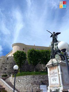 Gesualdo - Il Castello del Principe Carlo visto dalla piazza
