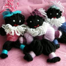 Zwarte Pietjes maken van wol. Link: http://www.mamaenzo.nl/gezin/feestdagen/sinterklaas-knutseltip-zwart-pietje-van-wol.