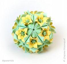 """Продолжение :) Spring ball Основа """"Ленивая"""" Электра. Автор Н. Романенко. 30 модулей 2,5 х 2,5 см. МК здесь - http://stranamasterov.ru/node/326784 12 цветков. 10 х 10 см. Делала не из восьми-, а шестиугольника. Зеленые вставки из треугольника 7,5 см. 20 штук. Размер - около 8,5 см.   фото 22"""